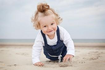 Plezier op het strand tijdens familieshoot